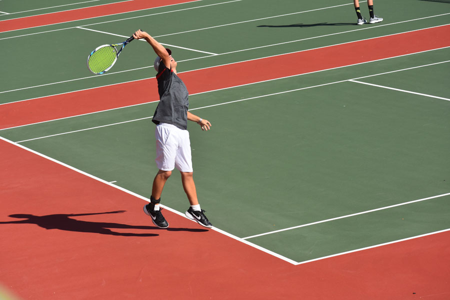 Un jugador de tenis de Coronado prepara a servir.