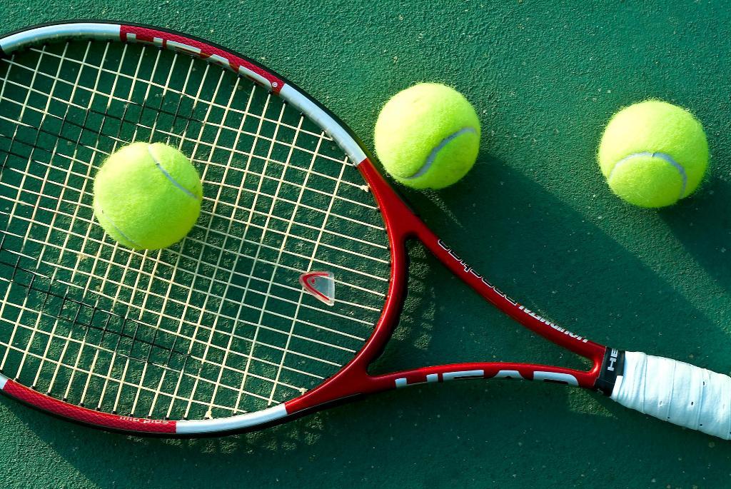 Equipo Masculino de Tenis Varsity Gana Partido tras Partido