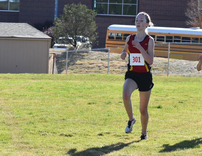 Chloe Cassens corre por la línea de meta para primer lugar en evento de Metro League donde ella dirigió su equipo a la victoria.
